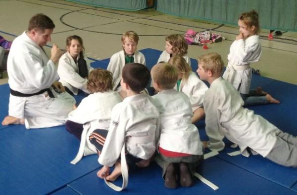 Sebastian Hampel erklärt den neugierigen Schülern die ersten Judotechniken